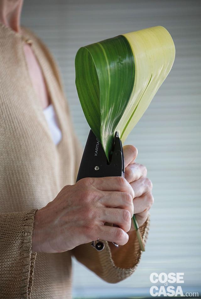 2. Preparare i fiori: recidere gli steli delle rose con un coltellino affilato, piegare le foglie di aspidistra e pinzarne il lembo alla base dello stelo; curvare il gambo delle calle riscaldandolo bene con le mani.