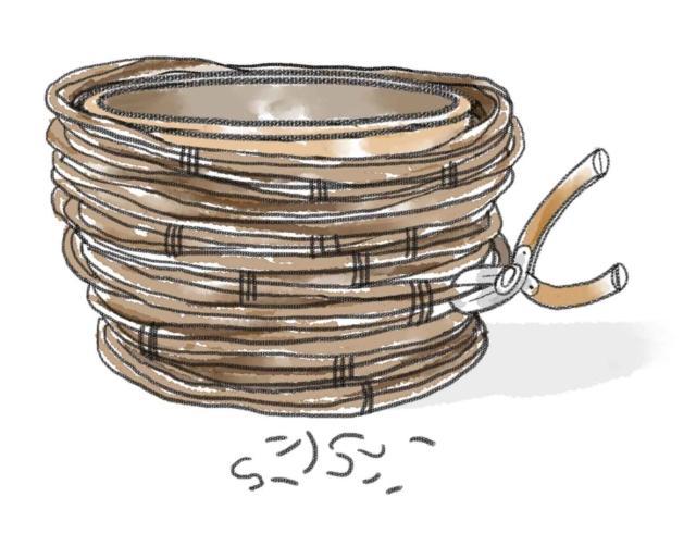 3- Una volta conclusa la struttura del coprivaso intrecciato, porla ad asciugare per almeno due giorni, in un luogo ventilato ma non esposto al sole (per evitare che seccando i rami si fessurino). Si potranno quindi rimuovere con un paio di tronchesine tutte le legature in eccesso, facendo attenzione a lasciare solamente quelle indispensabili per la coesione dei rami. A piacimento il risultato finale può essere impreziosito da un velo di vernice trasparente o colorato.