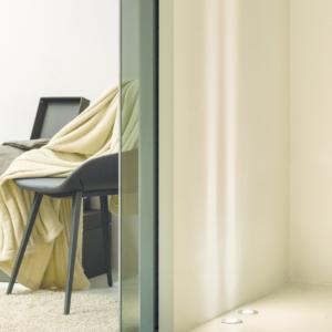 Dettaglio di Eclisse Syntesis Line scorrevole: Pannello porta in vetro fumé.