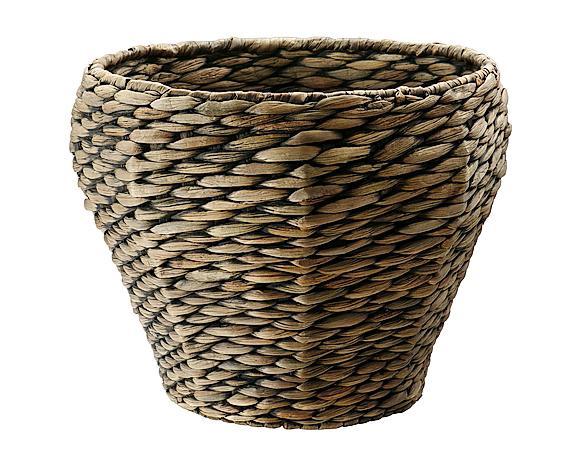 1- Questo coprivaso intrecciato ha un sapore rustico, ma non manca di una certa formalità. Si chiama DRUVFLÄDER, ed è realizzato artigianalmente usando fibre di giacinto d'acqua intrecciate  ed è rifinito con vernice acrilica trasparente. All'interno è presente un vaso in plastica che rende impermeabile la composizione alta 29 cm e larga esternamente 24 cm di diametro all'imbocco, e 34 cm nella parte più larga. Costa 25 euro di Ikea, www.ikea.com/it