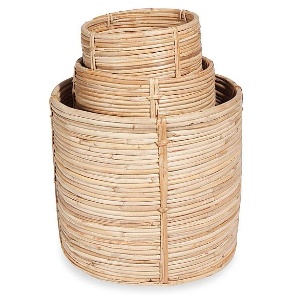 2- Nella sezione tendenza Urban Garden, RONDINS è il set di tre coprivasi in rattan, un legno di palma molto usato per gli intrecci. Il gioco d'intessitura è molto semplice, pulito, e ben si sposa con ambienti minimal o, al contrario, con luoghi in cui le connotazioni stilistiche di arredo siano molto caratterizzanti. Il set costa 53,97 euro di Maisons du Monde, www.maisonsdumonde.com/IT
