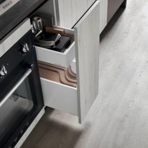 Particolare di cassetti interni con anta intera nella cucina Start-Time di Veneta Cucine