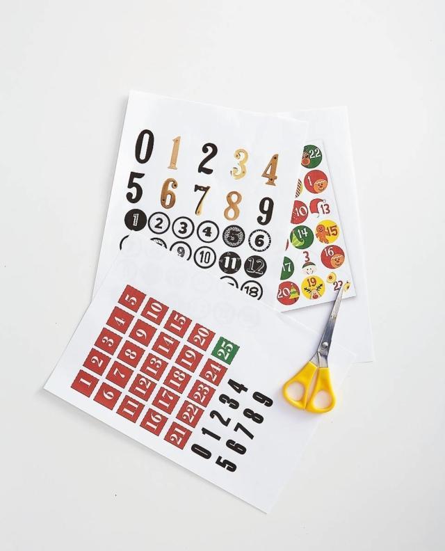 Per numerare il calendario, cercare online cifre e numeri con grafiche e formati differenti. Stampateli a colori e in b/n e tagliateli con le forbici, di un'altezza di 5-7 cm. Per le cifre doppie provare a combinare caratteri diversi, risulteranno più originali.