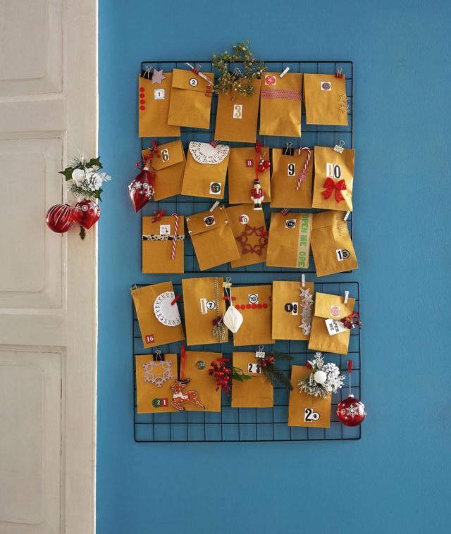 Calendario dell'Avvento fai da te - Renna e soldatino di ceramica di Villeroy & Boch; rametti con pigne, palline di Natale di vetro rosso di Galvas 2015; stelle di carta di Rayher.