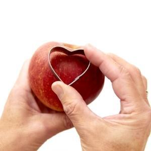 Fase 2: premere lo stampino per biscotti a forma di cuore nella mela e rimuovere la polpa.