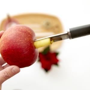 Fase 1: per prima cosa occorre svuotare il centro delle mele con il levatorsolo.