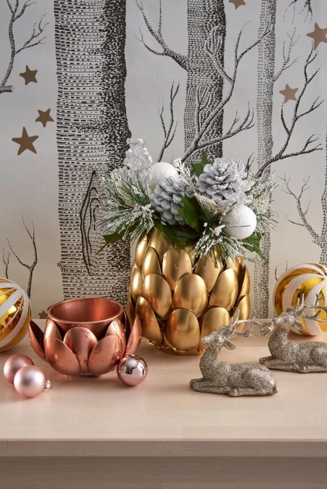 carta da parati modello Woods & Stars di Cole&Son; decorazioni natalizie e palline di Galvas