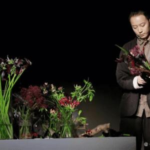 Xu Fei mentre realizza una composizione floreale