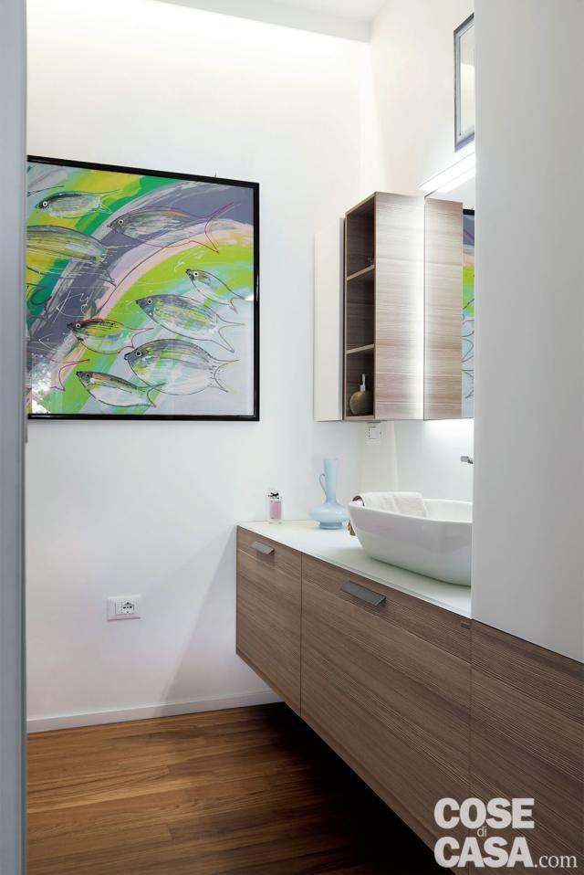 bagno, mobile sospeso in legno, lavabo da appoggio in ceramica, specchio, quadro