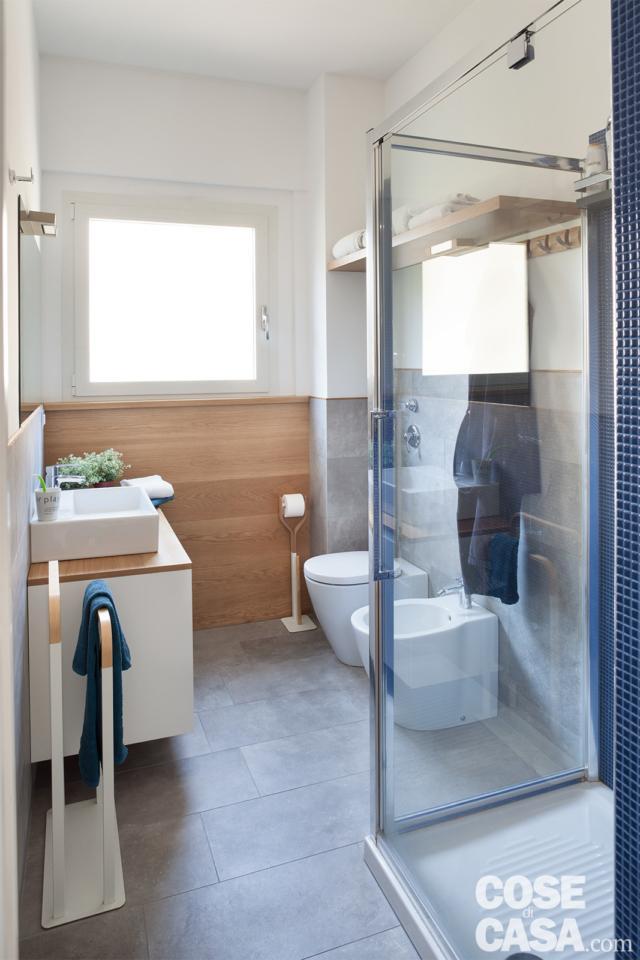 bagno, pavimento in gres, boiserie in legno, box doccia trasparente, mobile lavabo sospeso con piano in rovere, sanitari
