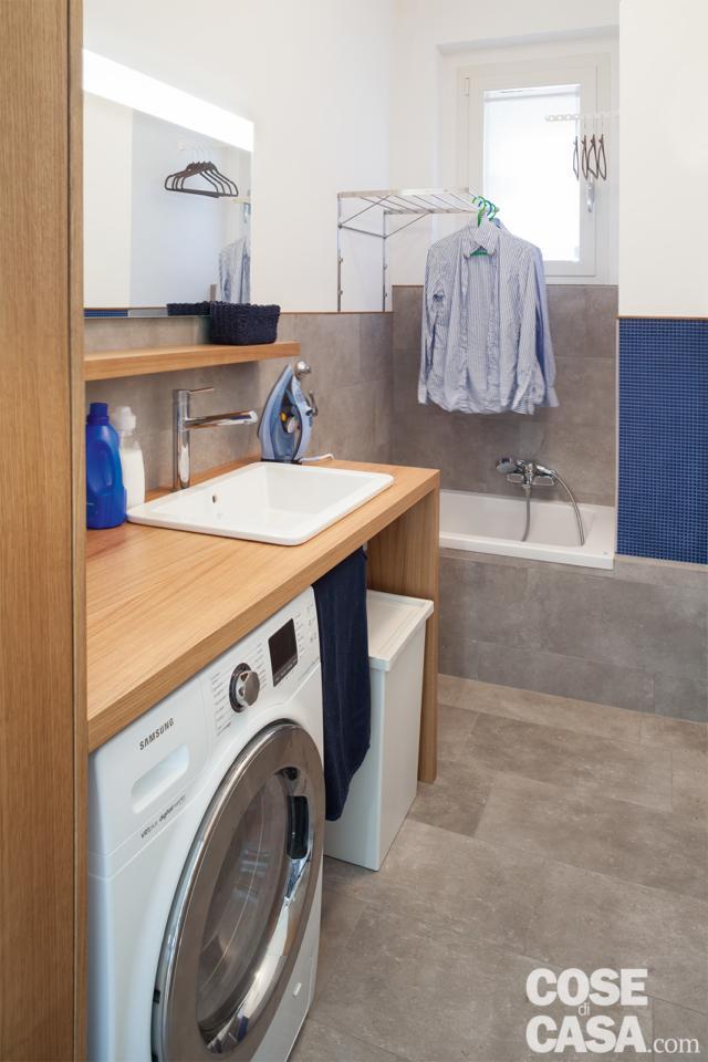 bagno di servizio, zona lavanderia, lavatrice, lavabo incassato nel piano, mini vasca, stendibiancheria sospeso, finestra