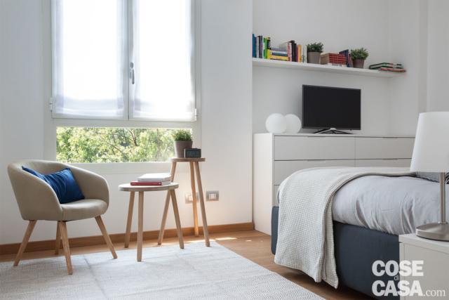 camera matrimoniale, finestra, zona lettura con poltrona e tavolini, cassettiera in nicchia, ripiano
