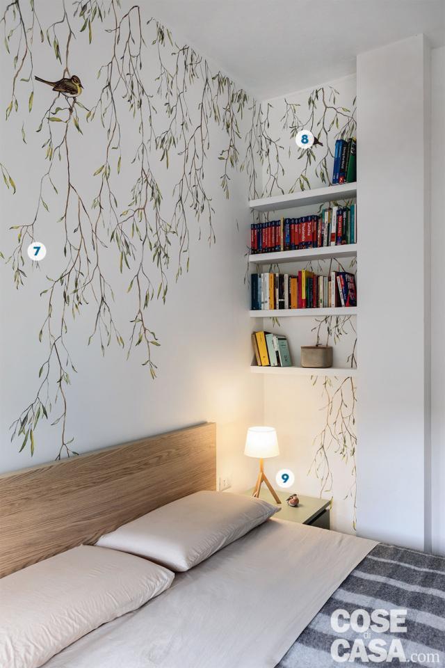 bilocale, camera matrimoniale letto con testiera in legno, tappezzeria a soggetto naturalistico, ripiani in nicchia, comodino, lampada da tavolo