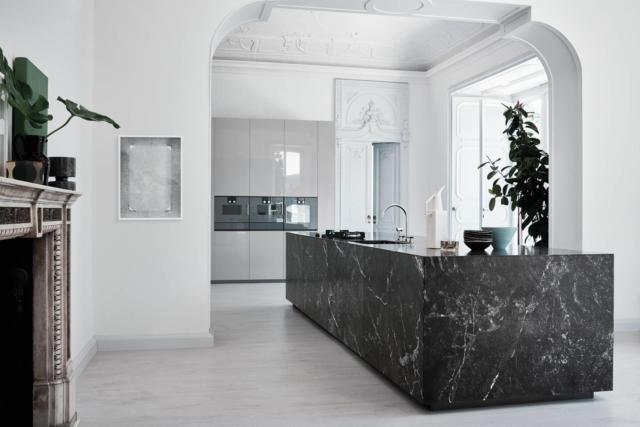 cucina con piano in marmo nero N_ Elle di Cesar