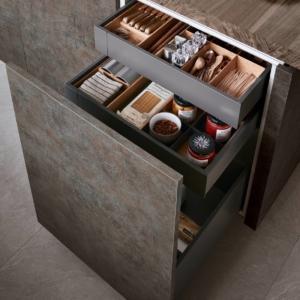Dettaglio cassetti interni e anta intera della cucina Lounge Corten Rosso di Veneta Cucine