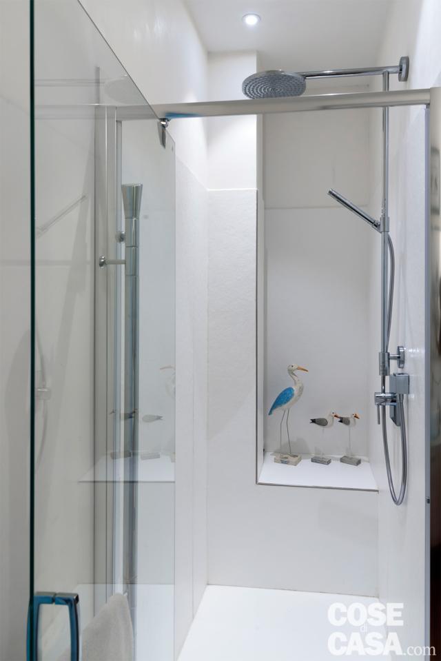 Bagno, box doccia in muratura con anta in cristallo trasaprente, doccetta, nicchia, faretti incassati