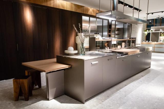 cucina con piano in marmo grigio Soul di Ernestomeda