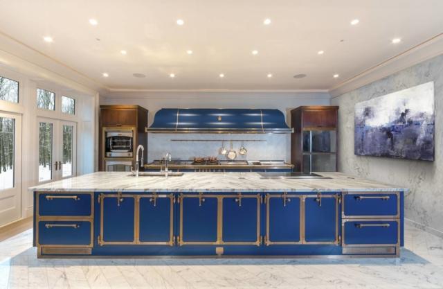 Cucina blu con profili ottone e piano in marmo Carrara modello Blue Sapphire di Officine Gullo