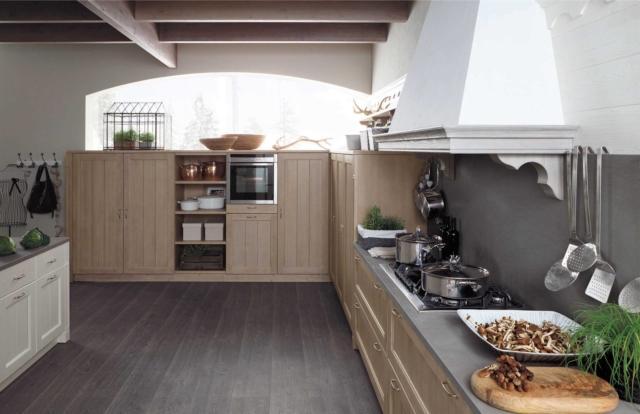 cucina ante in abete massello color nocciola Tabià di Scandola con piano in pietra