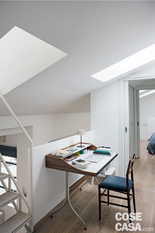 scrivania nel sottotetto progetto per sfruttare l'altezza
