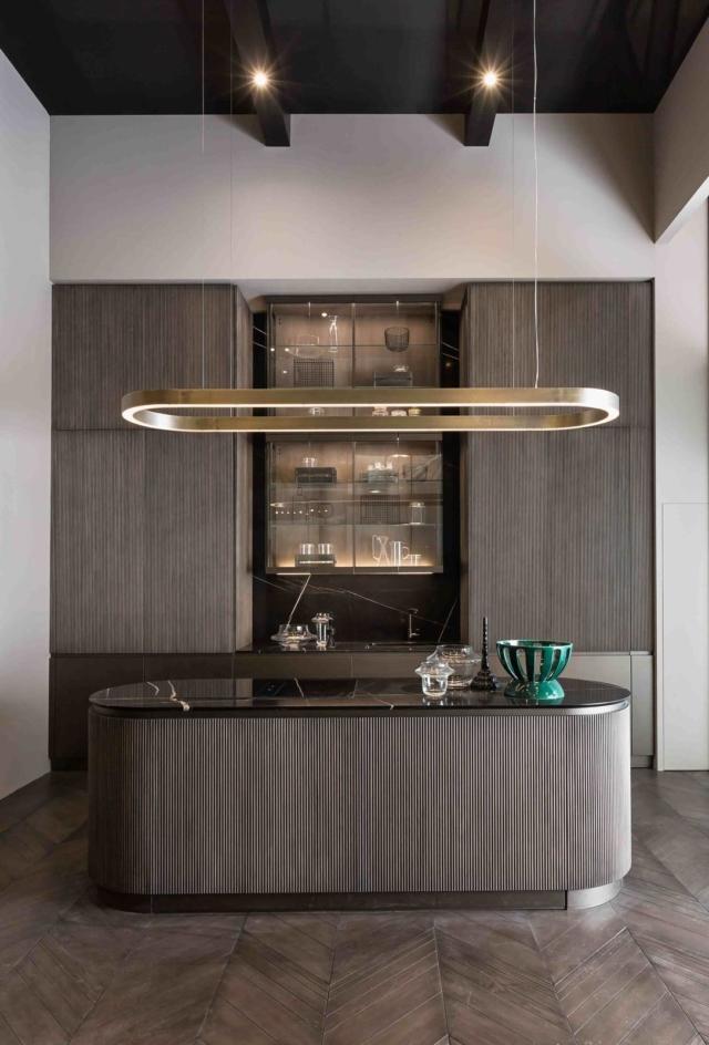 cucina con ante lavorazione cannettata e piano in marmo nero Shake di HEGE