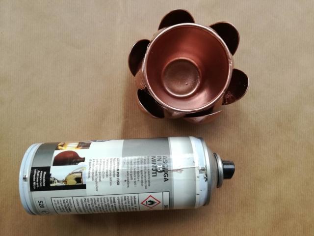 Realizzate anche un mini vasetto utilizzando un porta lumini di vetro come base, quindi applicando le parti di plastica come illustrato. Rifinite con più velature di vernice rame spray.