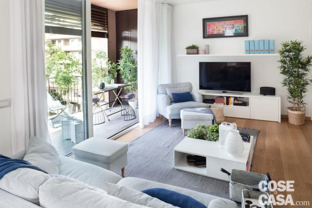 Soggiorno con divano e zona tv, parquet, porta vetrata scorrevole, terrazzo