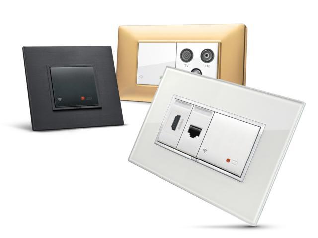Nuovo access point WI-FI. Il segnale di rete arriva ovunqueNell'ambito di VIEW, la visione Vimar sull'internet of Things, sono oggi disponibili delle innovative soluzioni per impianti By-me e KNX in grado di trasformare gli edifici in spazi intelligenti. Coperti, come tutti i prodotti Vimar, da 3 anni di garanzia i nuovi dispositivi consentono di realizzare impianti di home & building automation ancora più performanti, semplici da utilizzare e personalizzati, sia nel design che nelle funzioni.Il nuovo access point WI-FI di Vimar è la soluzione ideale per portare la rete internet e la connettività al sistema domotico in tutta la casa, anche dove non arriva o è più debole il segnale del router Wi-Fi, garantendo la copertura di tutti gli ambienti. Estende la rete WLAN nei vari spazi, coprendo anche le zone non raggiunte dal router Internet.Dotato di due porte ethernet sul retro funziona sia come Access Point WI-FI, che come Repeater WI-FI nonché come switch Ethernet. Grazie al pulsante frontale e ad un pulsante remoto collegato ai morsetti posteriori è inoltre sempre possibile disattivare il segnale radio, quando non serve o durante la notte, per ridurre le radiazioni emesse ed i consumi energetici.Il nuovo access point è in grado di integrarsi perfettamente, in modo discreto ed elegante, con qualsiasi stile abitativo grazie al coordinamento estetico con le serie Eikon, Arké e Plana. Realizzato in due moduli, è l'ideale per impianti nuovi, per ristrutturazioni o semplicemente per impianti esistenti grazie alla sua modularità e all'alimentazione a 230V.