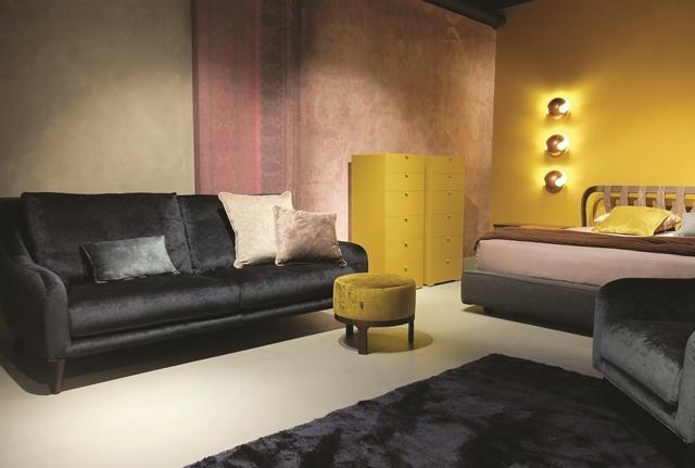 divano nero FlagshipStore Twils  a Firenze
