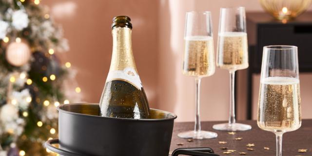 Bicchieri per il brindisi di fine anno, trasparenti o colorati