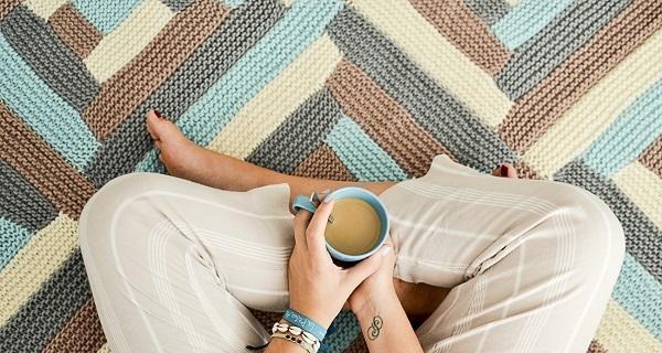 Come realizzare una coperta di lana con colori e filati diversi