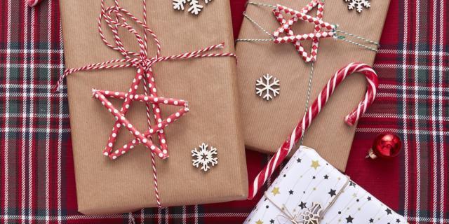 Idee per fare i pacchetti regalo: le stelle cannuccia chiudi pacco