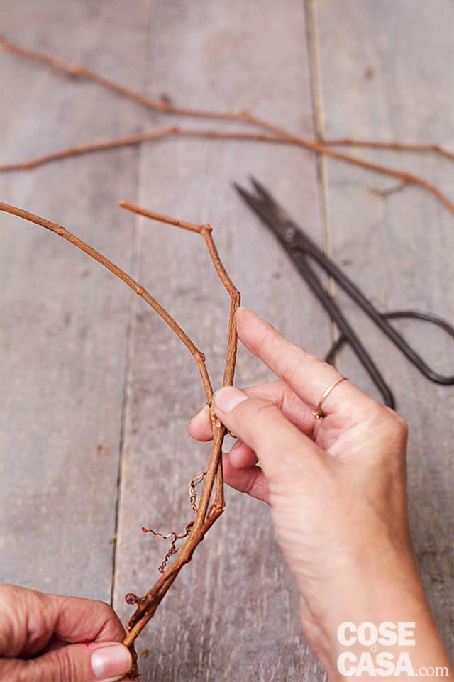 1. Per fare la base della ghirlanda procuratevi dei tralci di piante che producono lunghi rami flessibili, come il glicine, il kiwi, la clematide, il falso gelsomino o la vite americana. Togliete eventuali foglie residue, rametti laterali e secchi e intrecciate i tralci più lunghi tra loro. Create un cerchio del diametro di minino 20-25 cm e chiudetelo con il filo di ferro da fiorista. Poi controllate che sia stabile, eventuali rami che fuoriescono possono essere fissati con un po' di filo di ferro da fiorista. In alternativa, potete acquistarla già pronta, intrecciata in vimini o rami di salice, oppure potete realizzarla più semplicemente con del filo di ferro un po' spesso.