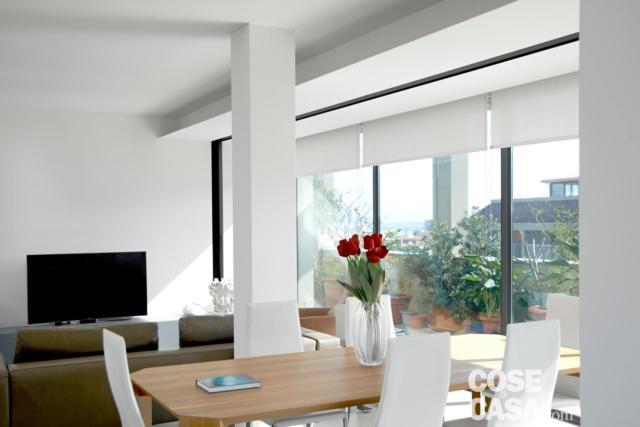 Soggiorno zona pranzo attico con vetrate
