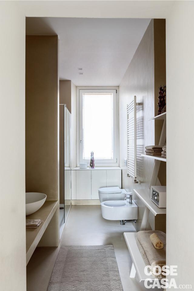 bagno lungo e stretto, ripiano, piano con lavabo d'appoggio, sanitari sospesi, finestra