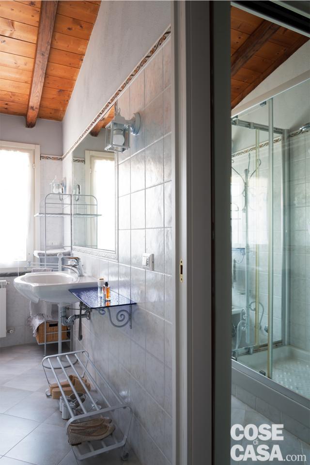 bagno, rivestimento in piastrelle, lavabo sospeso, travi a vista, specchio