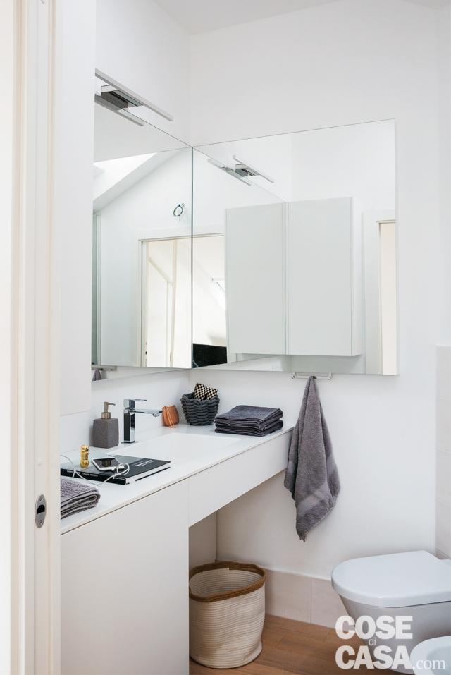 Bagno, mobile con lavabo integrato, specchiera angolare, applique, sanitari