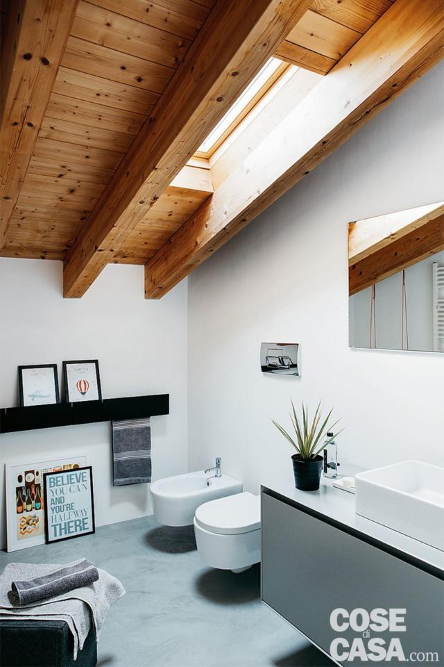 soluzioni salvaspazio, bagno nel sottotetto, sanitari sospesi, lavabo da appoggio, lucernario, travi in legno