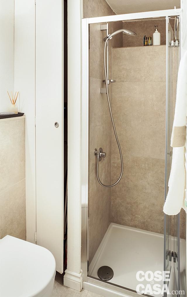 bagno, doccia in muratura, ripostiglio, rivestimento in gres beige