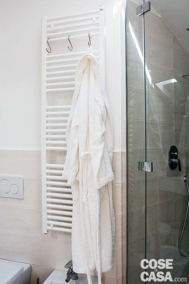Bagno, scaldasalviette, sanitari, box doccia in muratura, anta vetrata