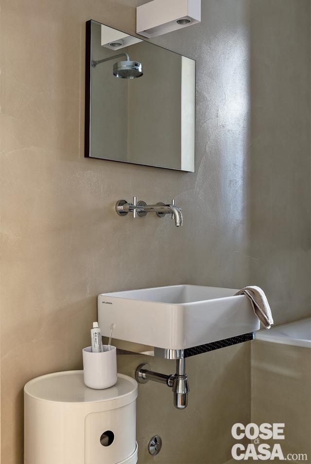 bagno, lavabo sospeso, specchio, mobile contenitore, parete rivestita in resina