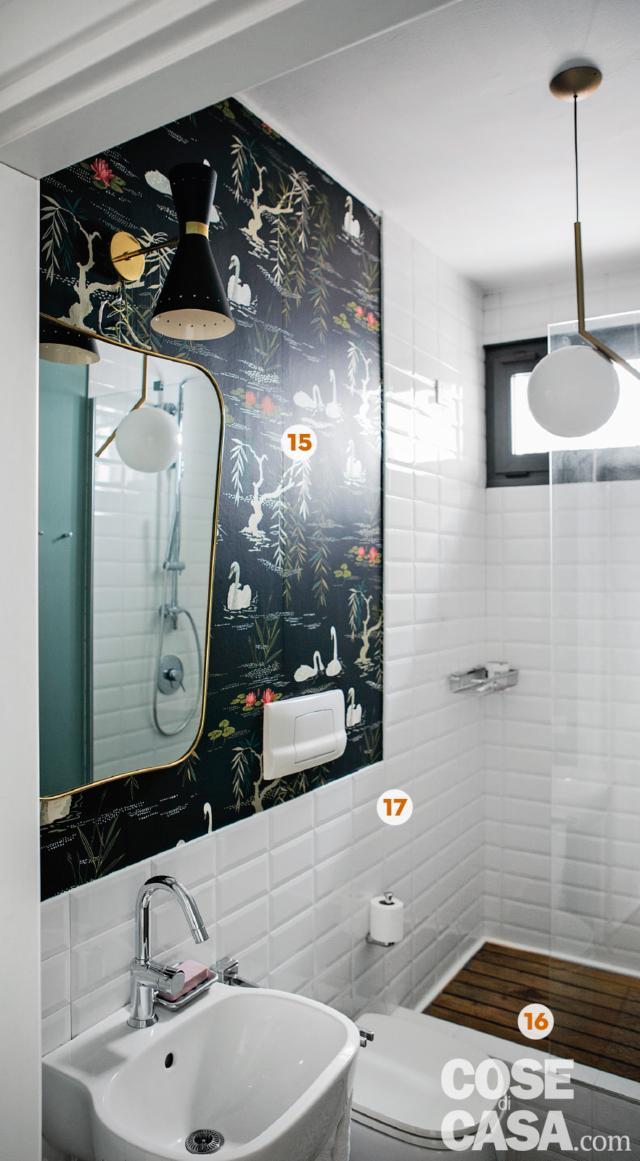 Bagno con carta da parati decorativa, piastrelle bianche diamantate, piatto doccia con pedana in legno, finestra nera, lavabo