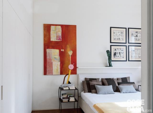 camera matrimoniale, letto, comodino a doppio ripiano, armadio in laccato bianco, quadri a parete