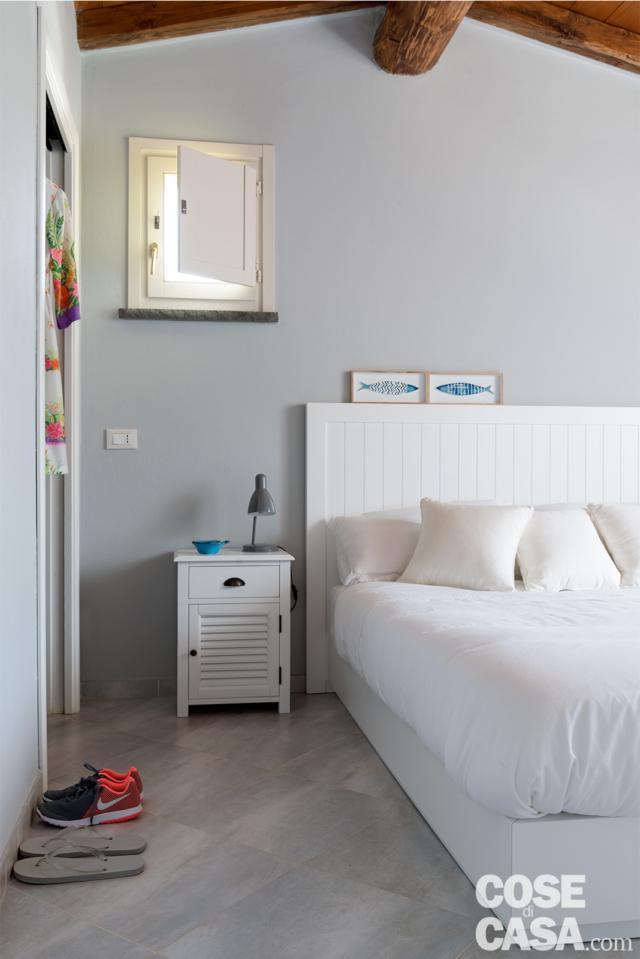 camera matrimoniale, letto, boiserie in legno, comodino, finestra