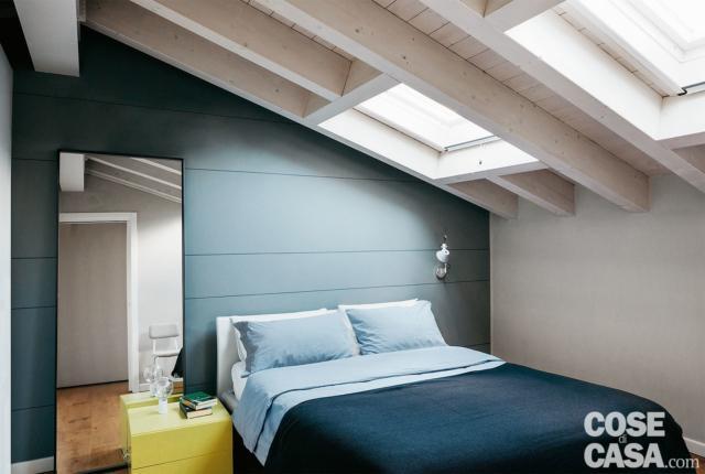 soluzioni salvaspazio, sottotetto, camera matrimoniale, letto, lucernario, parete colorata, specchio