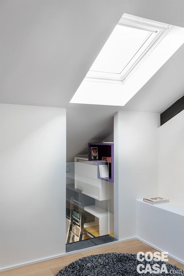 casa su due livelli con vista dal sottotetto sul living sottostante