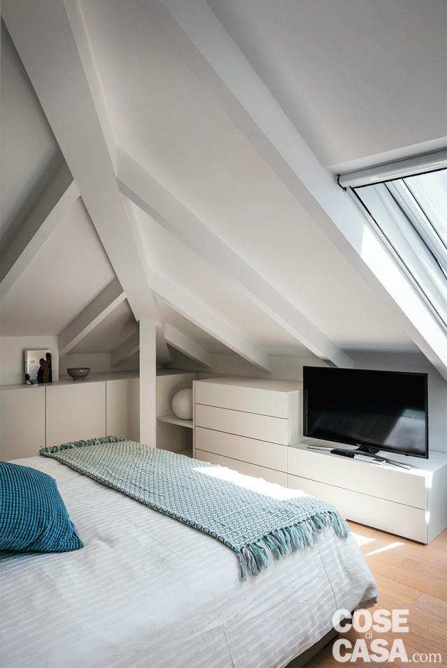 camera matrimoniale, letto, lucernario, mobili bassi, travi a vista, pavimento in parquet