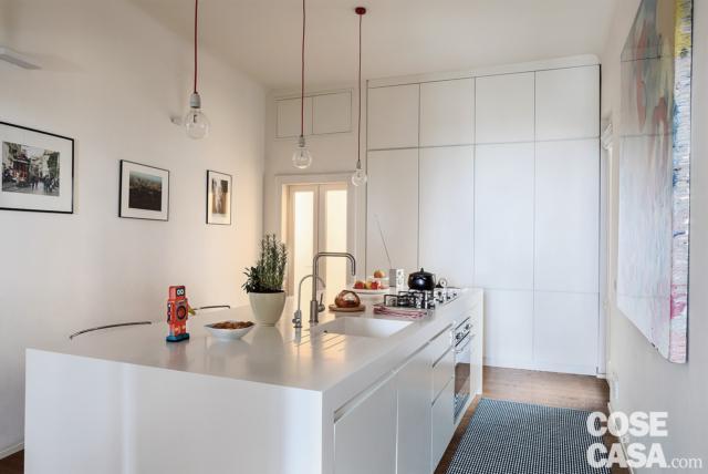 cucina, isola multifunzione, zona office, lampade a sospensione