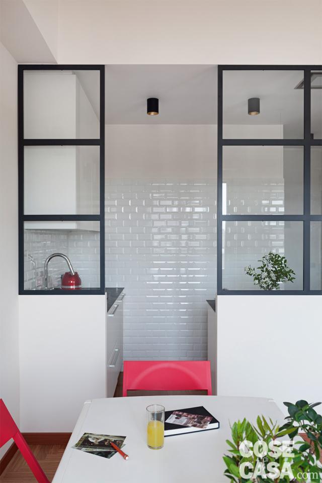 particolare della cucina nel box vetrato in 70 mq da bi a trilocale
