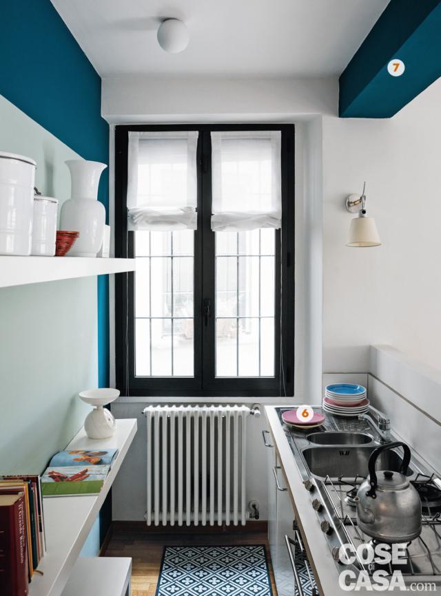 cucina, finestra, zona cottura e lavello, pareti colorate, radiatore nel sottofinestra